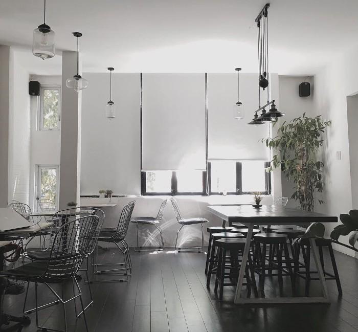 Wonderlust Bakery & Coffee với hai tông màu đen trắng tinh tế và hiện đại - Ảnh: @stupinn