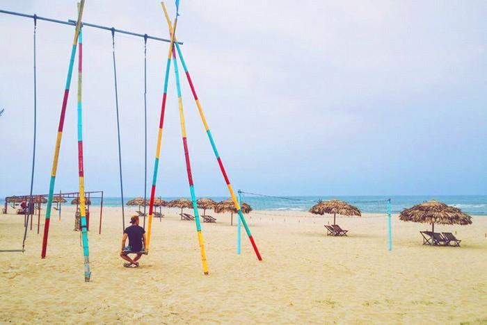 Ngày cuối trước khi về mình đi dạo ra biển, ngồi lên xích đu hóng mát, giá là 5.000 đồng