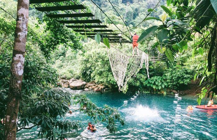 Đến với suối nước Mọọc, bạn cũng đừng quên thử hoạt động chèo kayak hay trượt zipline. Đối với những người yêu thích cảm giác mạnh thì sự chênh chao cùng dòng nước sẽ càng tăng độ phấn khích và thích thú.