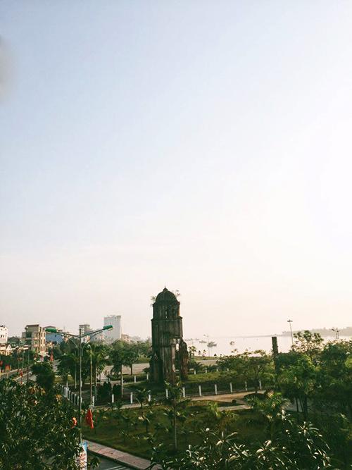 Đến thành phố Đồng Hới, bạn còn được dịp ghé thăm những di tích lịch sử nổi tiếng. Trong hình là di tích nhà thờ Tam Tòa chỉ còn lại tháp chuông. Khung cảnh tòa tháp hiên ngang bên ráng chiều sẽ để lại cho bạn nhiều ấn tượng đẹp.