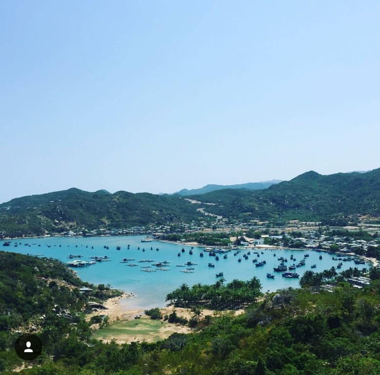 View nhìn thẳng ra vịnh Vĩnh Hy thơ mộng