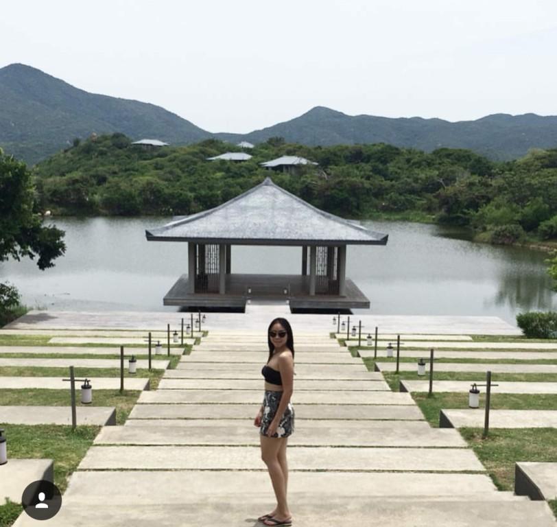 Cô nàng thượng lưu Nga Nguyễn đang đứng trước căn nhà Yoga bên hồ.