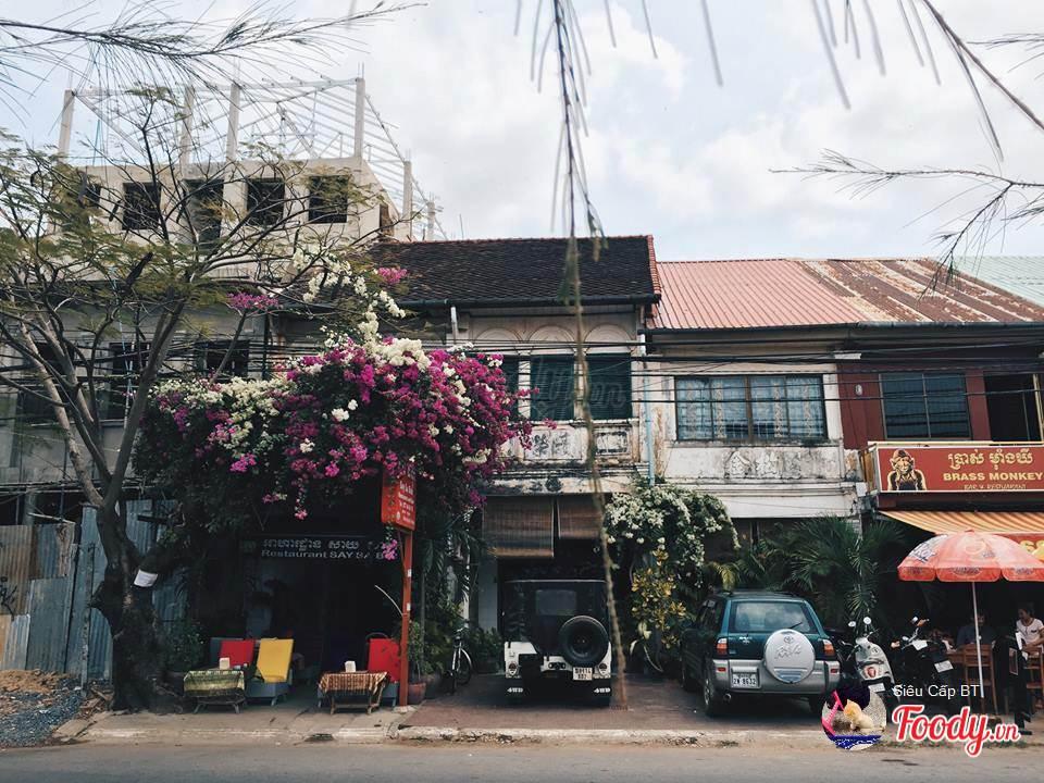 Những quán ăn dễ thương, đường phố có nét cổ kính, lãng mạng.