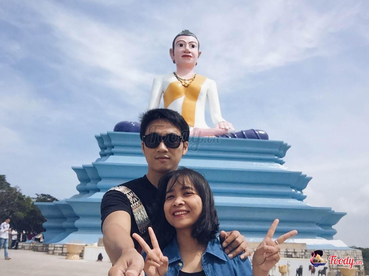 Tượng Bà Mao (Bà Đen) - bức tượng khổng lồ nằm trên lưng chừng núi. Vị nữ thần này được tôn thờ với niềm tin mang lại hạnh phúc trong tín ngưỡng của người dân nơi đây