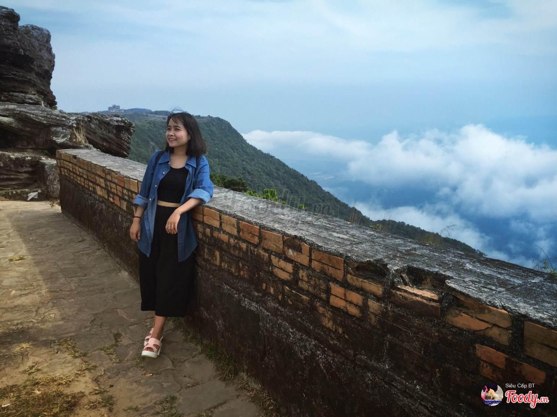 Từ phía sau chùa, vào những ngày trời quang, ko mây thì từ đây có thể nhìn thấy đảo Phú Quốc của Việt Nam.
