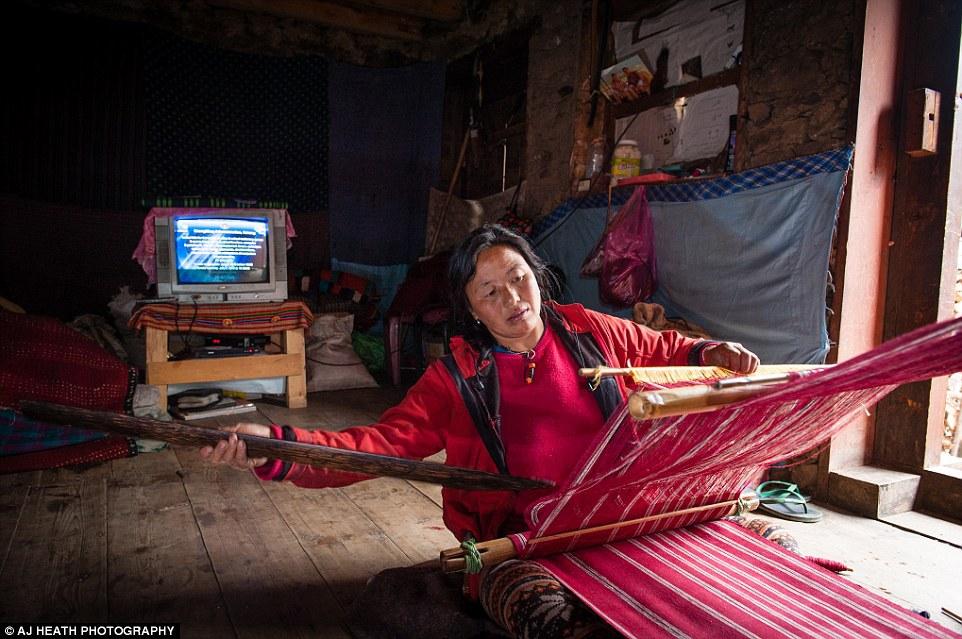 Là một nhiếp ảnh gia tài liệu chuyên nghiệp, Heath đã săn được những khoảnh khắc đặc biệt trong đời sống thường ngày của người Brokpa, trong bối cảnh đất nước Bhutan đang thay đổi rất nhanh chóng