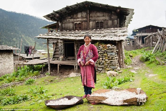 Người Brokpa xuất thân từ vùng Tshoona, Tây Tạng, và nguồn sống chính là những loài động vật. Họ đã sống ở khu vực biên giới gần bang Arunachal Pradesh, Ấn Độ hàng thế kỷ qua bằng nghề nuôi bò yak, cừu và một số gia súc khác. Bò yak, cừu được nuôi để lấy lông làm len và cả thịt.