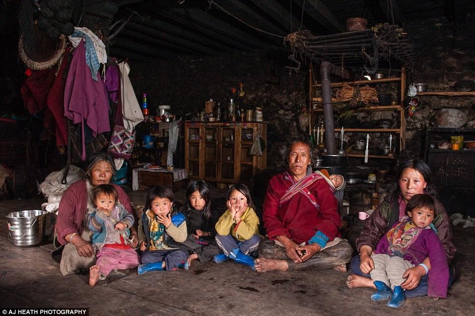 Tuy nhiên, những năm gần đây, Vương quốc Bhutan đang trên đà phát triển, cuộc sống của người Brokpa cũng bị tác động ít nhiều. Nhiếp ảnh gia AJ Heath đã ở Bhutan một năm để làm việc, và một trong những dự án của anh là tìm gặp bộ tộc Brokpa khi tới làng Merak và Sakten vào tháng 7/2015.