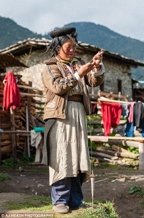 Một trong những phụ kiện đặc biệt của họ là chiếc mũ từ lông bò yak. Nó được thiết kế để tránh mưa táp vào mặt khi gắn thêm các lọn tóc.