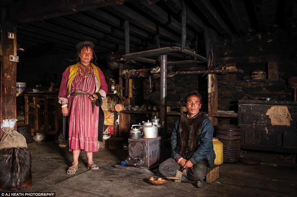Tuy vậy, anh vẫn là một nhiếp ảnh gia thận trọng để không ảnh hưởng nhiều đến họ. Heath đã ở trong nhà của người dân Brokpa để dễ dàng tìm hiểu, đi lại, gặp gỡ mọi người.