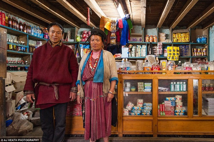 Heath có ghi lại hình ảnh mua sắm và hàng hóa xuất hiện trong các ngôi làng. Các loại hàng hóa bọc trong túi nilon đang thay đổi dần cách sống và chế độ ăn của họ.Tuy nhiên, việc nhập và sử dụng các mặt hàng này sẽ khiến họ xả ra các loại rác thải không thể phân hủy.Hơn nữa, khi du khách khắp nơi đổ đến, văn hóa và truyền thống của người Brokpa sẽ bị đe dọa nhiều hơn.