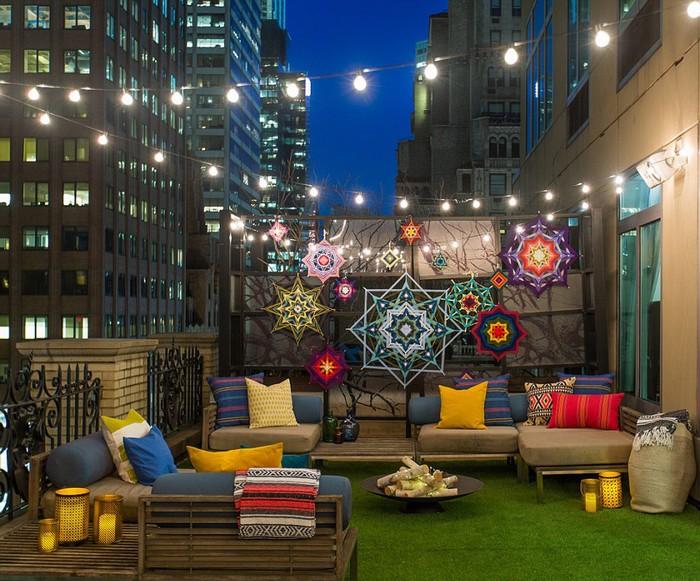 Một khách sạn ở Lexington Ave, New York, Mỹ vừa cải tạo sân thượng trên tầng 17 thành nơi cắm trại sang trọng với một chiếc lều tròn cao 3,6 m, ghế tắm nắng, ghế treo và lửa cắm trại.