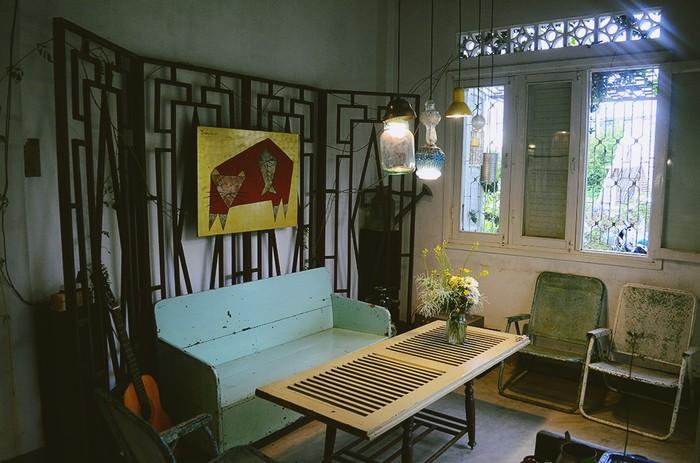 Hiện tại, Nhà của Tre có phòng dành cho nhóm du khách và phòng đơn dành cho ai cần sự riêng tư. Trái ngược với bên ngoài, không gian trong nhà có sự chỉn chu và gọn gàng hơn để khách sinh hoạt thoải mái và tiện lợi.