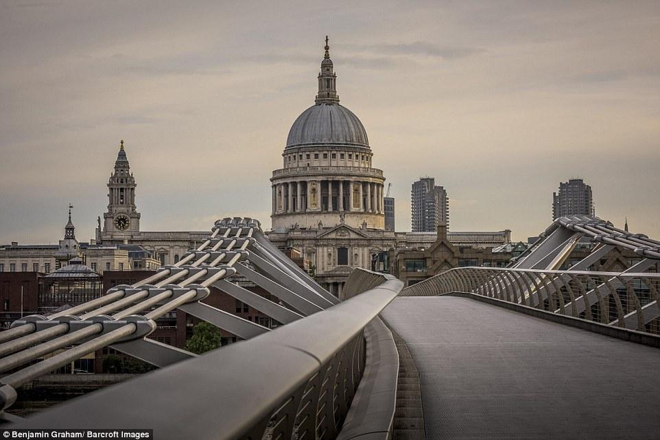 Benjamin Graham là nhiếp ảnh gia đến từ West Sussex, Anh. Anh đã dành nhiều giờ đồng hồ để chụp cảnh đường phố London trước khi bình minh lên.