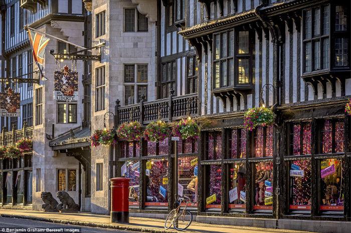 Nhiếp ảnh gia 56 tuổi cho biết, chụp London trước bình minh là một sở thích và anh cũng không muốn nhìn ngắm thủ đô vào ban đêm - khi ngoài đường phố có quá nhiều ánh đèn rực rỡ.