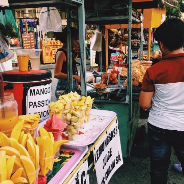Những hàng bánh tôm bánh ghẹ được bày bán rất nhiều quanh phố cổ Hội An.