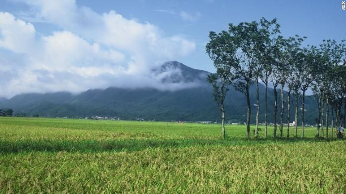 Niigata là ngọn núi có nhiều tầng lớp, núi hướng ra phía biển, vùng biển nằm giữa các đảo Nhật Bản, đảo Sakhalin của Nga và đại lục châu Á.