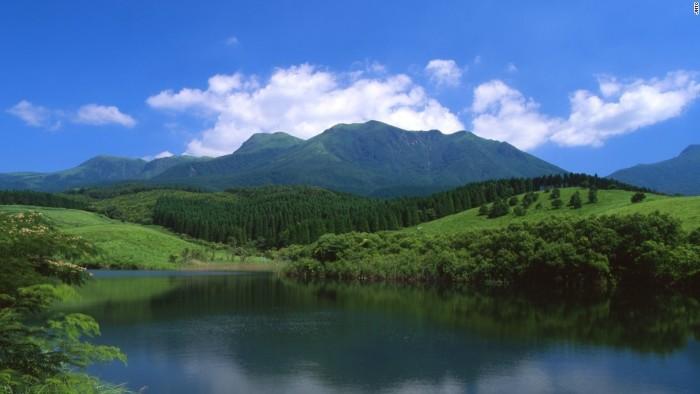 Núi Kuju nằm trong Vườn quốc gia Aso-Kuju, là đỉnh núi cao nhất trên đảo Kyushu, phía tây nam Nhật Bản.