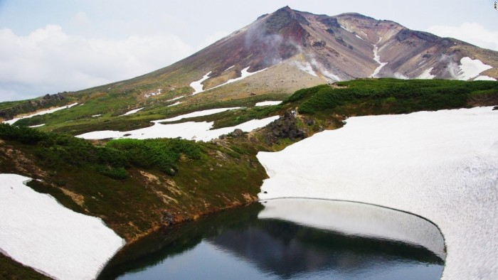 Quanh năm du khách có thể quan sát băng tuyết bao phủ như những đốm trắng lớn trên núi Asahi, đỉnh núi cao nhất ở Hokkaido.