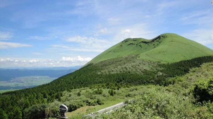 Núi Aso là núi lửa lớn nhất còn hoạt động ở Nhật Bản. Núi thường xuyên phun trào nhưng phong cảnh khu vực xung quanh vẫn luôn tươi đẹp.