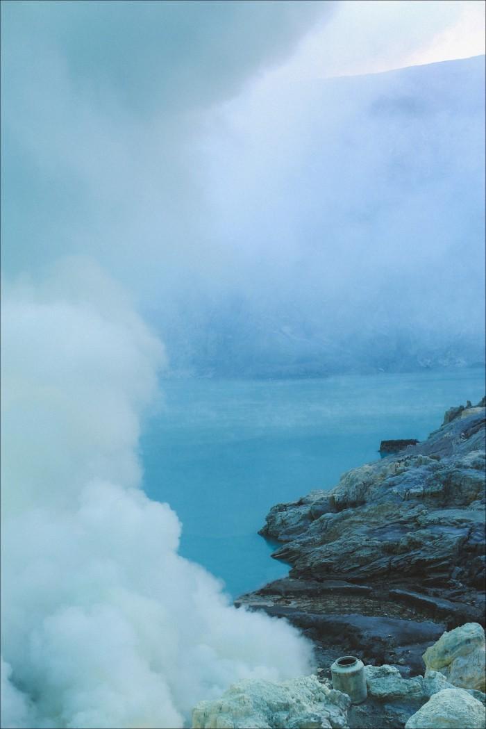 Màu xanh độc đáo của hồ núi lửa.