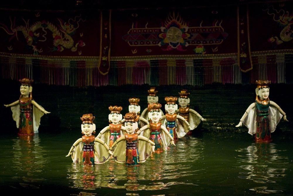 Một dàn nhạc truyền thống Việt Nam cũng có mặt trong buổi biểu diễn tạo nhạc nền để các ca sĩ hát lên câu chuyện do chính các con rối kể.