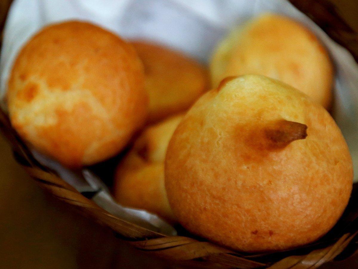 Với lớp vỏ màu vàng suộm bắt mắt bên ngoài và phần mềm dẻo bên trong,pão de queijo là một loại đồ ăn nhẹ rất được ưa thích ở Brazil. Bên trong bánh là bơ béo ngậy, sữa đặc ngọt ngào và cả bột ổi.