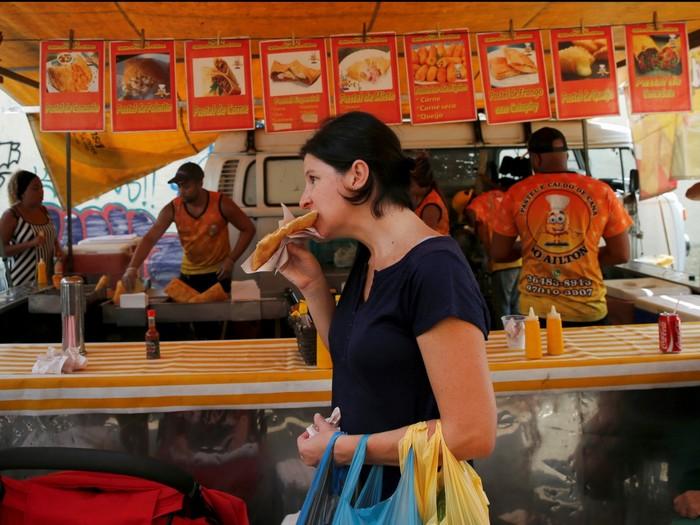 Feira là cách gọi các khu chợ nhỏ ven đường ở Brazil, rất tiện lợi để mọi người mua những món ăn nhanh như pastel de feira (một loại bánh có nhân thịt, bơ hoặc cá).