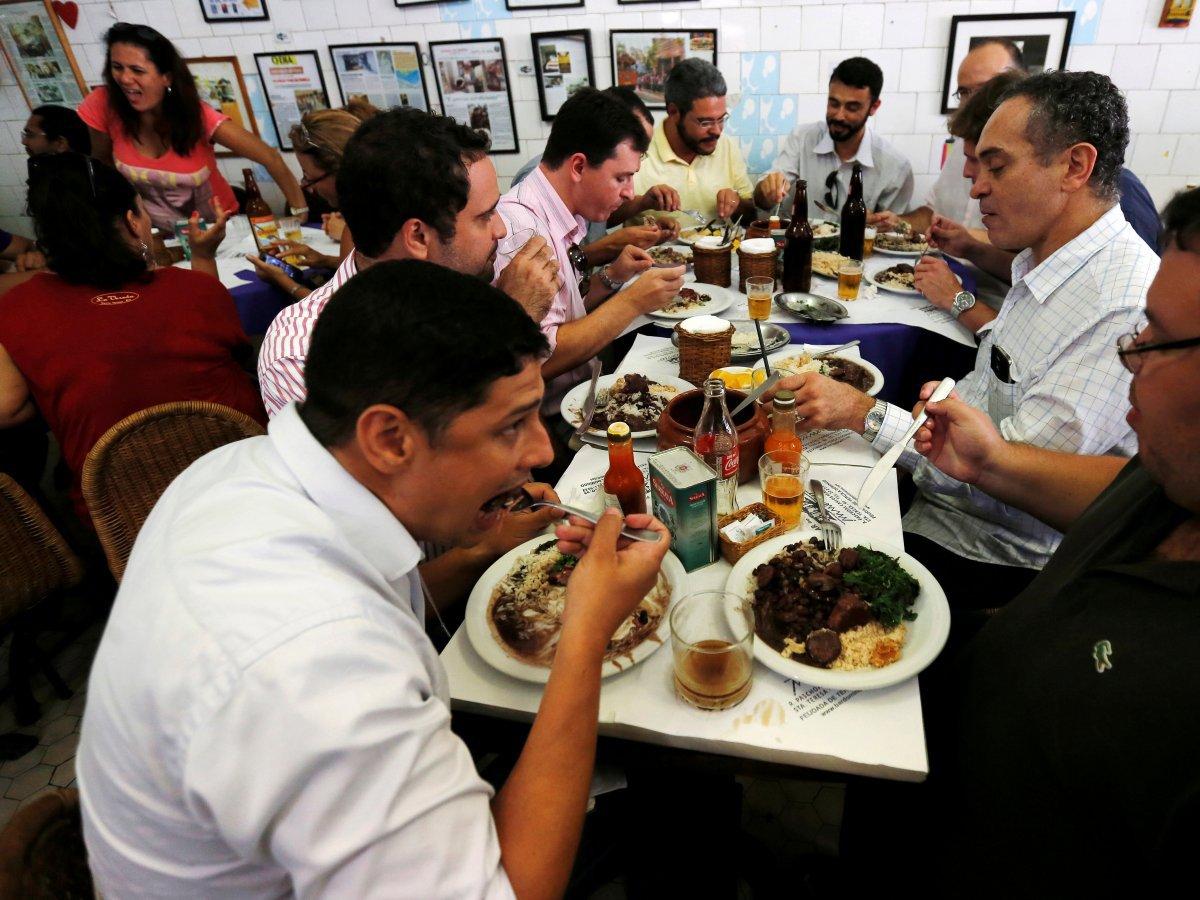 Feijoada ăn với cơm, cùng cải xoăn chiên sơ, và farofa (bột sắn nướng). Không đơn thuần là một món ăn, feijoada còn là dịp để gặp gỡ, chia sẻ với bạn bè, gia đình vào mỗi thứ 7 - ngày feijoada.