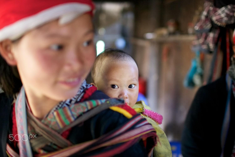 Có em bé theo mẹ xuống chợ giương đôi mặt lạ lẫm nhìn quanh