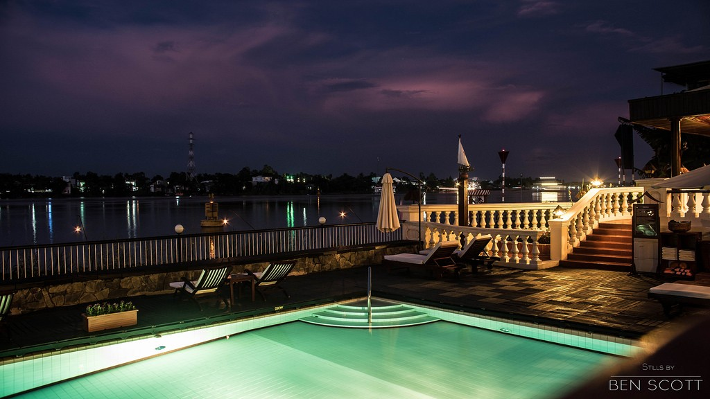 Thưởng ngoạn khung cảnh lãng mạn bên sông cả ngày lẫn đêm
