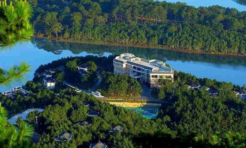 Được bao quanh bởi rừng thông xanh ngát và nước hồ trong vắt như thu