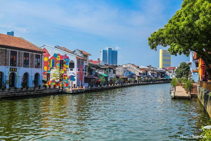 Thành phố cổ Malacca cách Kuala Lumpur 160 km về phía nam, nằm gần bờ biển và từng là một bến cảng sầm uất, trung tâm kinh tế lớn của Malaysia.