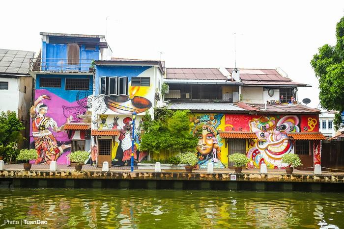 Khu nhà ven sông được trang trí bằng nhiều hình vẽ màu sắc và bắt mắt. Đây là một địa điểm tham quan không thể bỏ qua khi đến Malacca