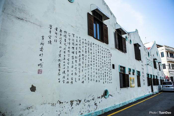 Tại đây còn lưu giữ nhiều dãy nhà cổ được xây dựng hàng trăm năm trước, mang nhiều dấu ấn pha trộn giữa kiến trúc của Malaysia với Bồ Đào Nha, Hà Lan, Trung Quốc… Các dấu tích này đã tạo nên một Malacca vừa cổ kính, vừa lung linh huyền ảo.