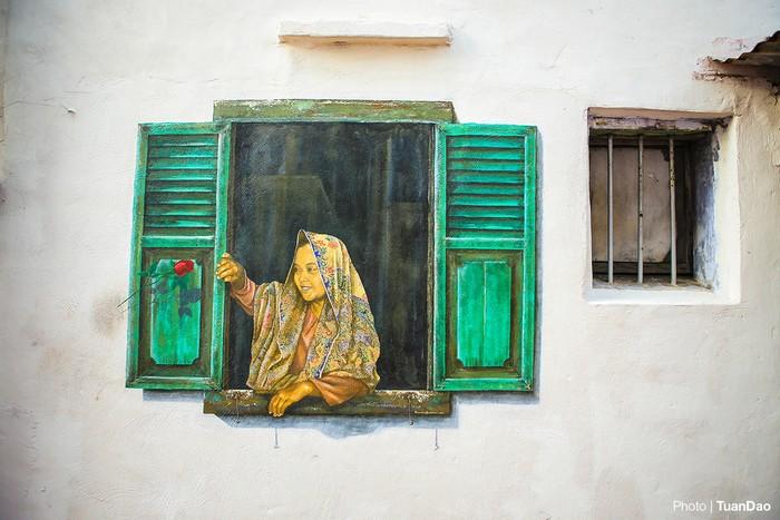 Chỉ là một bức tường rêu mốc, tróc lở, một cửa sổ cũ kỹ, một cái giếng… cũng tạo cảm hứng cho các họa sĩ thể hiện các bức họa. Trên hình là tranh tường vẽ một cửa sổ và cô gái, ngay cạnh một ô cửa nhỏ bé.