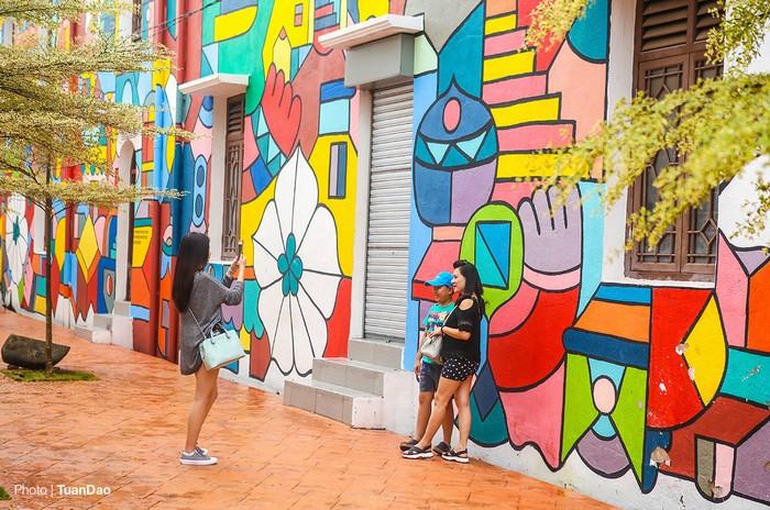Du khách tới Malacca không chỉ để khám phá văn hóa, ẩm thực, các điểm tham quan, đi thuyền trên sông hay mua sắm... mà còn được thỏa sức chụp hình lưu niệm với những phông nền sống động.