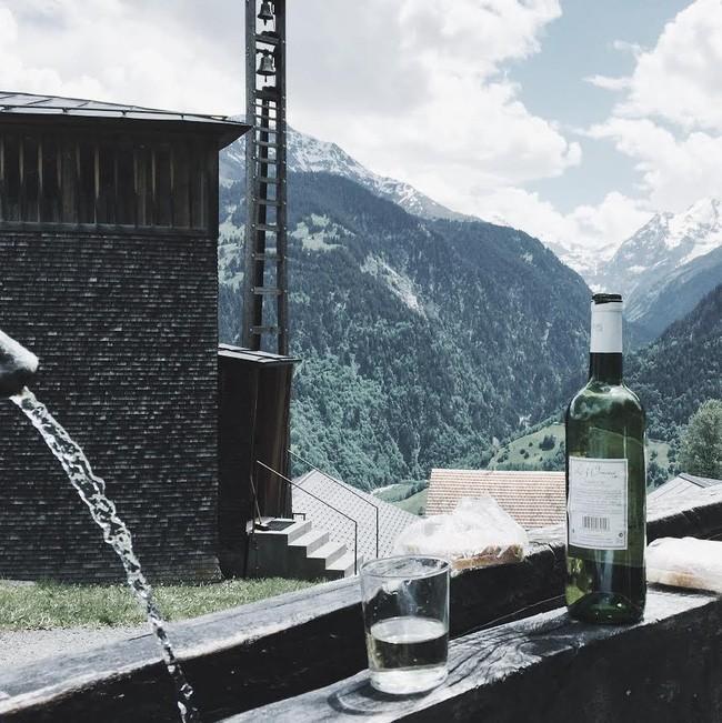 Một cốc rượu vang của Pháp từ độ cao 1.300m tại nước Áo xa xôi.