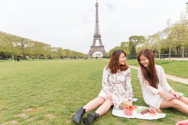 Nước Pháp bỗng trở nên thật ngọt ngào vì hai cô gái xinh xắn như thế này.