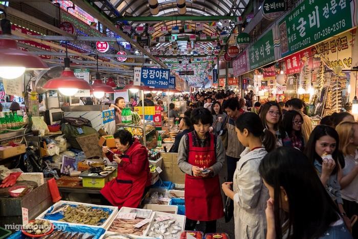 Trong chợ Gwangjang, ngoài đồ ăn chín phục vụ tại chỗ thì còn rất nhiều hàng bán thực phẩm tươi sống.