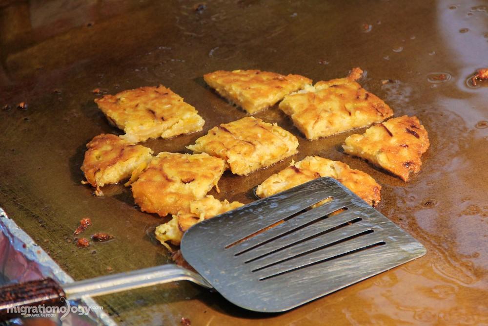 Bindaetteok hay pancake đậu xanh, một món ăn vặt nổi tiếng và nơi dễ tìm nhất là chợ Gwangjang. Chỉ cần đi một vòng quanh chợ bạn cũng thấy được hàng chục quầy bán loại bánh này.