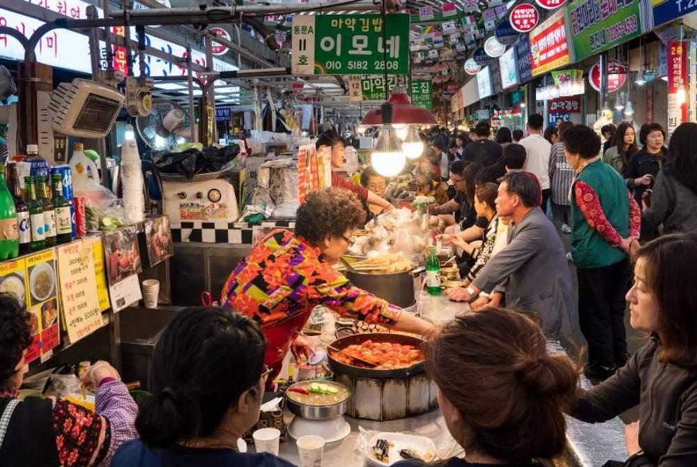 Chợ Gwangjang mở cửa từ 8h30 tới 18h hàng ngày, nhưng nhiều nhà hàng ở đây có thể mở muộn hơn, số khác lại đóng cửa vào chủ nhật