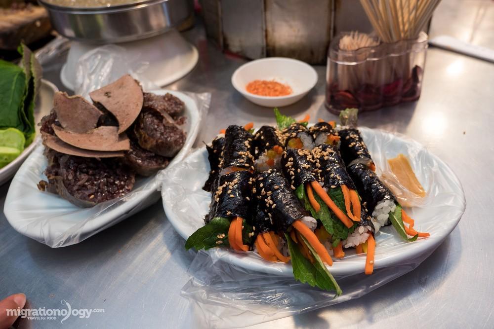 Nếu là người yêu thích ẩm thực Hàn Quốc, bạn không thể bỏ qua khu chợ Gwangjang ở Seoul. Đây chính là nơi bạn sẽ có những trải nghiệm rõ nét nhất về các món ăn đường phố và cảm nhận văn hóa ẩm thực xứ kim chi.