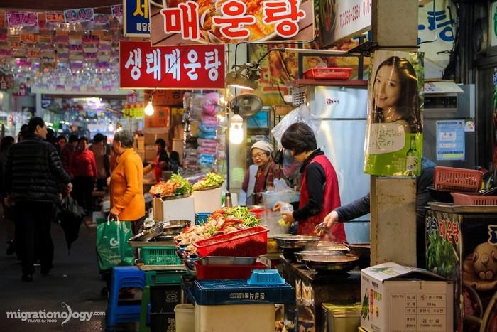 Chợ Gwangjang mở cửa từ năm 1905 nên được xem là khu chợ cổ nhất còn hoạt động ở Hàn Quốc. Mặc dù trải qua hàng chục năm tồn tại và phát triển, khu chợ vẫn gìn giữ được những giá trị di sản, phong cách và sức cuốn hút của văn hóa Hàn Quốc.