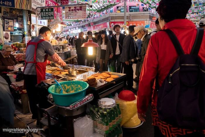 Chợ Gwangjang là nơi mà bạn sẽ tìm thấy rất nhiều du khách nước ngoài cũng như người dân Hàn Quốc. Họ cùng say sưa thưởng thức những món ngon của xứ kim chi.