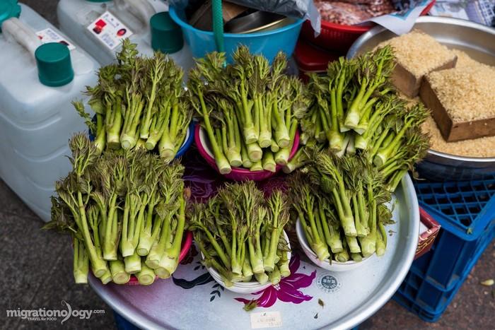 Chợ được chia làm nhiều khu khác nhau, từ bán rau củ quả, hải sản tươi sống, quần áo cho tới những đồ ăn, thức uống và nhiều loại hàng hóa khác.