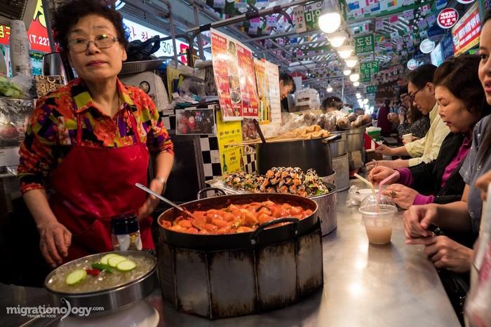 Đến chợ Gwangjang, du khách sẽ bị choáng ngợp vì sức hút của các món ăn cũng như lượng người tới đây tham quan có mặt ở khắp ngõ ngách.