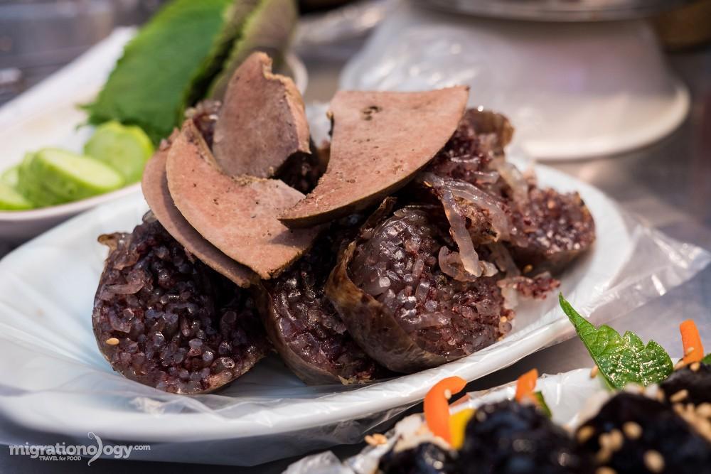 Sundae hay dồi, là một trong những món ăn dễ tìm nhất. Có thể ban đầu bạn thấy e ngại khi nhìn thấy nhưng khi đã thưởng thức bạn lại nghiện nó. Sundae được thái thành các miếng nhỏ, ăn kèm với vài lát gan heo, rau tía tô và muối ớt.