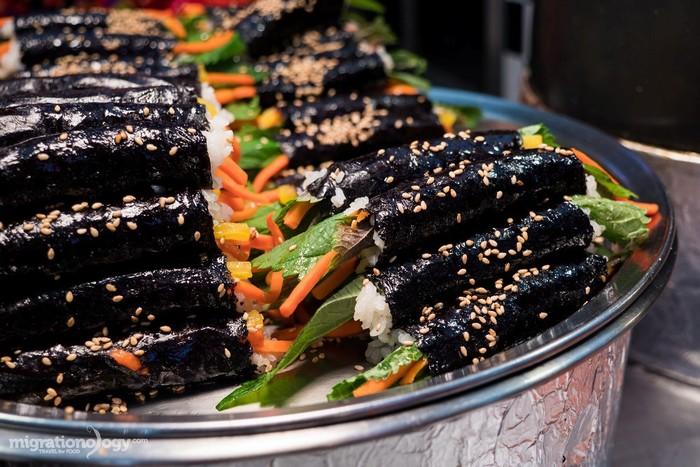 Mayak gimbap là món cơm cuộn đơn giản nhưng hút khách ở Hàn Quốc.