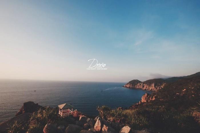 Dưới chân ngọn Hải Đăng - Ảnh: Quang Tú